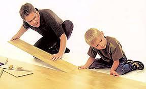 Укладка ламината может стать не только работой, но и развлечением для вашего ребенка