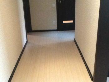 Внутреннее убранство с ламинатом и дверными строениями венге