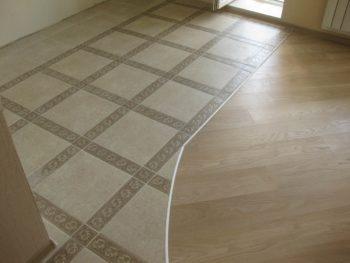 Комбинированное покрытие для отделки поверхности пола квартиры