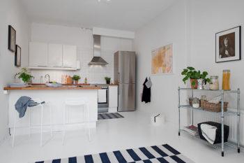 Роскошный дизайн интерьера комнаты, который дополнен качественным ламинатом