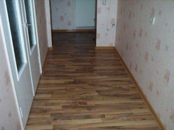 Ламинат популярный материал в коридоре
