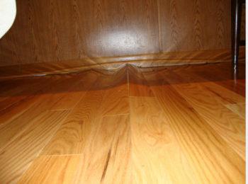 Как класть ламинат на деревянный пол самостоятельно, чтобы не было такого