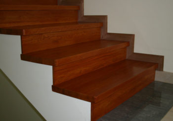 Лестница оформленная ламинатом