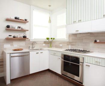 На фото ламинат в отделке фартука кухни