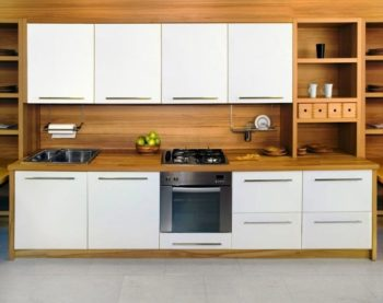 На фото органичное сочетание ламината на фартуке и кухонного гарнитура