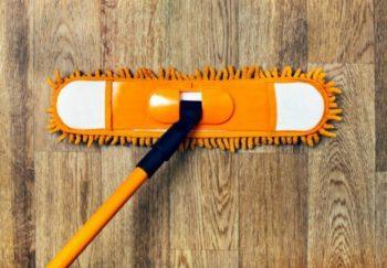 Чтобы помыть ламинат, достаточно лишь протереть его мягкой губкой или тряпкой, как на фото