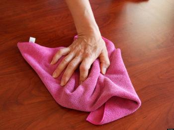 При ручной уборке ламинат нужно протирать насухо