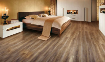 Укладка ламинированного покрытия на пол в спальне