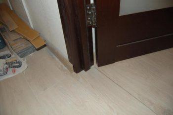 Дверная коробка установлена после укладки ламината
