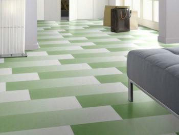 Зеленый цвет лучше разбавить светлым, иначе после укладки напольного покрытия обстановка получится «давящей»