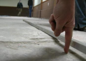 Неровная бетонная стяжка негативно скажется на финишном покрытии