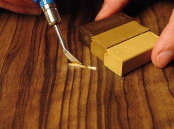 Чтобы замазанные царапины не выделялись на фоне всего ламината, цвета замазок лучше комбинировать, создавая подходящий оттенок