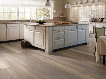Такой цвет напольного покрытия подходит как для отделки пола на кухне, так и в гостиной