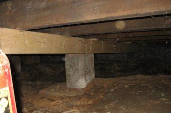 В частных домах, оборудованных подпольным пространством, выявить состояние подпорных элементов будет проще
