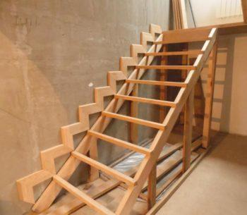Подготовленная для работы деревянная лестница