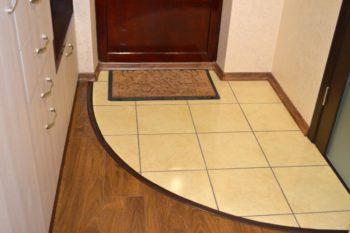 Совмещение плитки с ламинатом в небольшой прихожей