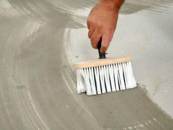 Нанесение грунтовки на основание под монтаж ламината