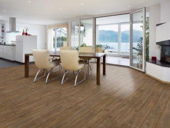 Рис. 1 – Традиционные коричневые оттенки ламината в уютной и светлой квартире в качестве эффектного дополнения