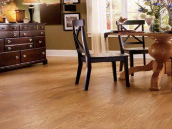 Уютный и домашний интерьер, дополненный теплым светлым ламинатом и темными предметами мебели