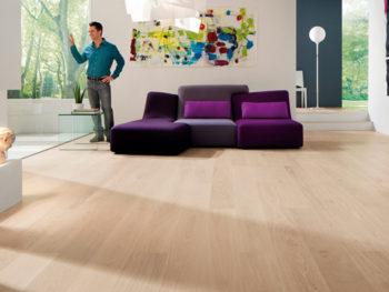 Изысканный и предельно простой интерьер, оформленный в современном стиле и дополненный однополосным ламинатом фирмы Floorwood
