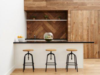 Фото идея монтажа ламината на стену в кухне