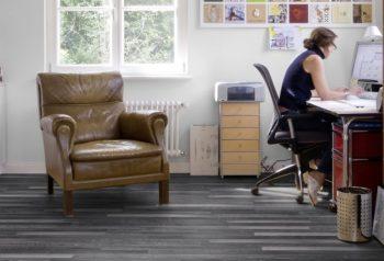 Для офиса лучше выбирать напольное покрытие без четких границ цвета, чтобы пол не отвлекал внимания сотрудников