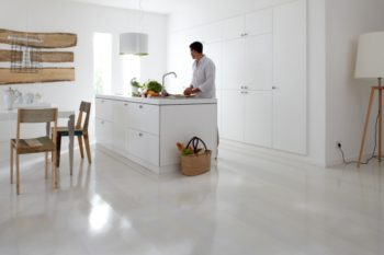 Глянцевый красивый ламинат отражает и увеличивает освещение помещения
