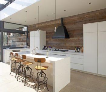 Фото оригинальной просторной кухни с отделкой из ламината