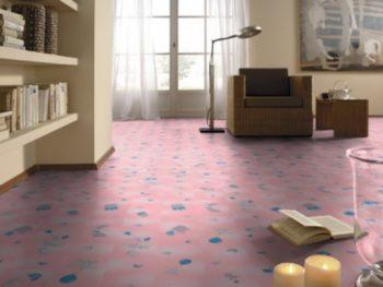 Розовый цвет подойдет не только для детской, но и для интерьера кухни или гостиной, как на фото