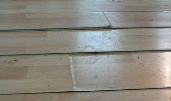 Вот что будет с ламинированным материалом, если при его монтаже не были устранены все дефекты бетонного пола.