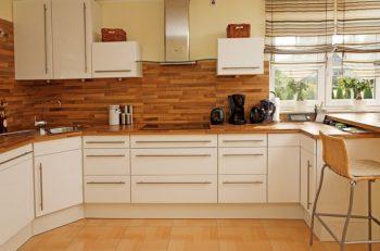 Фото-идея оформления фартука на кухне с использованием ламината