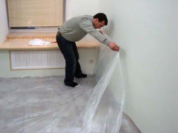 Укладывать нужно внахлест на стены на 5-10 см