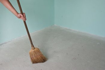 Прежде чем выравнивать основание под монтаж ламината, его нужно хорошо очистить от грязи