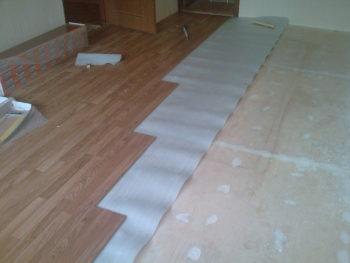 Укладка напольного покрытия на дополнительный материал