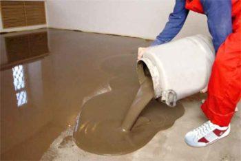 Нанесение нивелир смеси на основании из бетона под монтаж ламината