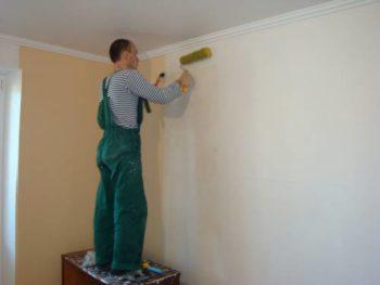 Оклеивание обоев на стены при ремонте