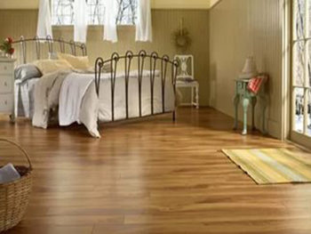 Ламинированные полы в спальне