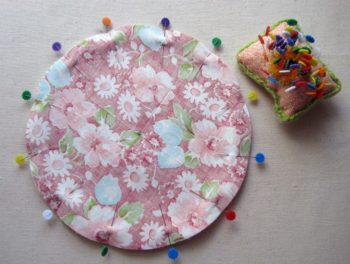 Коврик из лоскутков своими руками: техники изготовления ковриков. Вязаный коврик из лоскутков ткани, в технике пэчворк, плетёный коврик, коврик из помпонов, коврик в виде травы