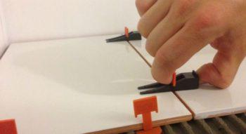 Укладка плитки на неровный пол: как класть, как положить напольную плитку с неровными краями, фото и видео