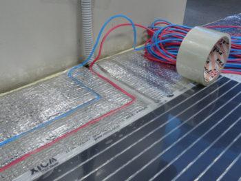 Провода нужно зафиксировать под полом