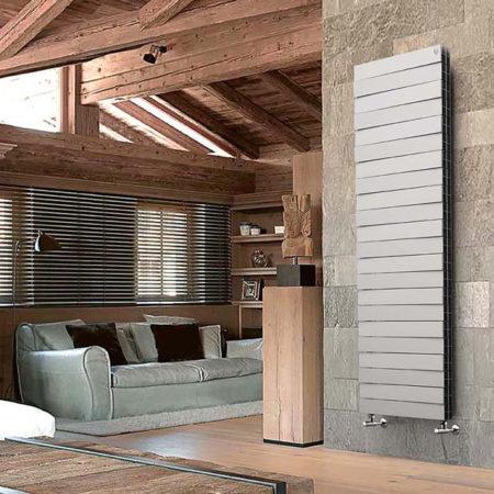 Дизайнерское изделие с нижним подключением RoyalThermo PianoForte Tower в интерьере загородного дома